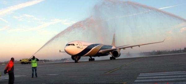 以示欢迎 4月20日清晨7时35分,一架载有约400名中国游客的空客飞机